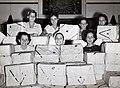 Collectie NMvWereldculturen, TM-60042260, Foto- Vrouwen pakken voor de organisatie 'Books for the fleet' kerstpakketen in voor mannen op zee, Batavia, 1945-1950.jpg