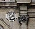 Colonne corinthienne et médaillon - façade de l'ancien musée-bibliothèque de Grenoble 01.jpg