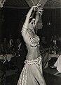 Dalilah bailando danza oriental con crótalos.jpg