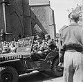 De prins in zijn jeep voor de Grote Kerk in Den Haag, Bestanddeelnr 900-4708.jpg