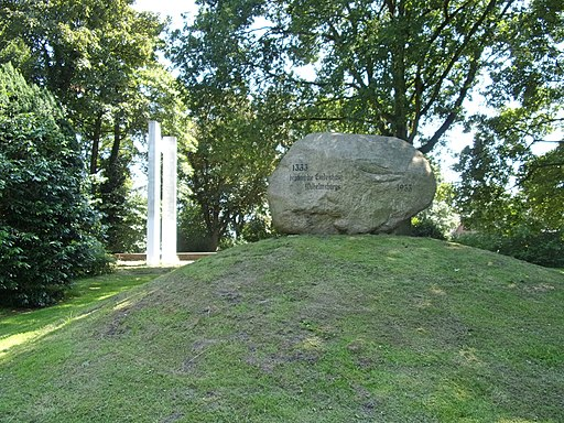 Deichdenkmal Wilhelmsburg Findling und Stelen