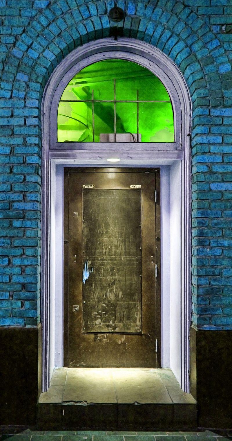 800px-Door_in_Gastown_%284747097467%29.jpg