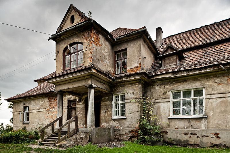 Wyróżnienie: Wejście główne do dworu w Baranówce w gmina Kocmyrzów-Luborzyca (województwo małopolskie).