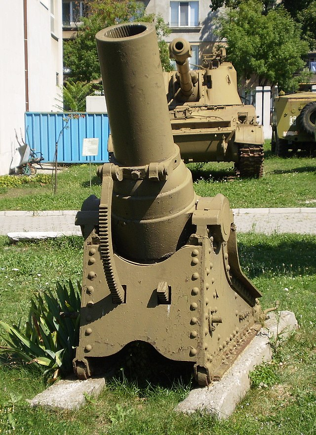 https://upload.wikimedia.org/wikipedia/commons/thumb/5/52/Eight-duim_mortar_%28cropped%29.JPG/640px-Eight-duim_mortar_%28cropped%29.JPG