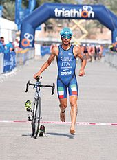 Photo en couleur d'un triathlètes pendant une transition