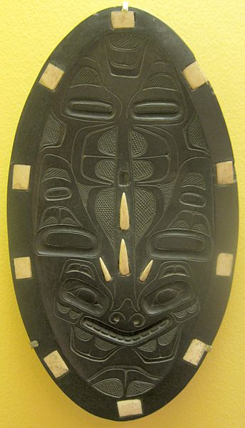 Archivo:Feast platter by Tom Price, Haida, Queen Charlotte Island, Canada, argillite and ivory,.JPG