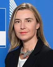 Photo officielle de Federica Mogherini sur fonds bleu.