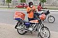 Femme devant sa moto.jpg