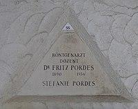 Feuerhalle Simmering - Arkadenhof (Abteilung ALI) - Fritz Pordes 02.jpg