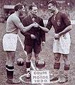 Finale de la Coupe du monde 1938 de football, l'arbitre français M.Capdeville entre les capitaines Meazza (G.) et Sarosi (D.), à Colombes.jpg