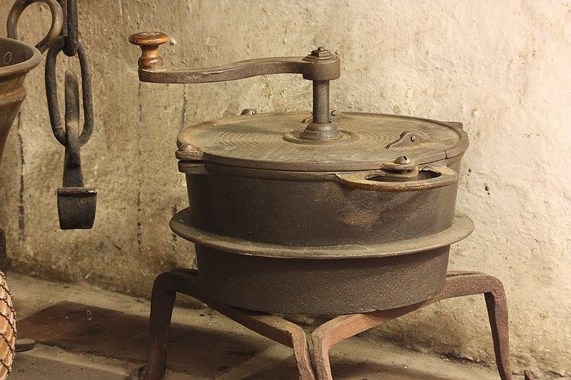 File:Freilichtmuseum Mueß Bauernhof Topf.JPG