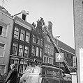 Gevel in Kerkstraat gevaar voor voorbijgangers, de brandweer aan het werk, Bestanddeelnr 916-8781.jpg