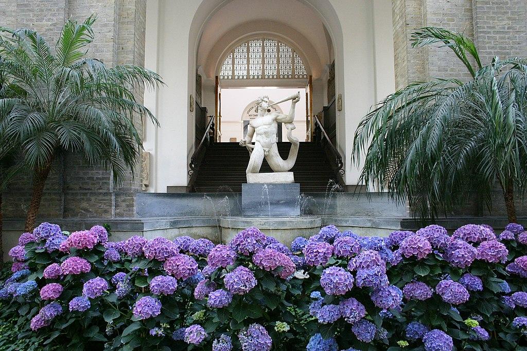 Sculpture antique dans le jardin d'hiver du Ny Carlsberg Glyptotek de Copenhague.