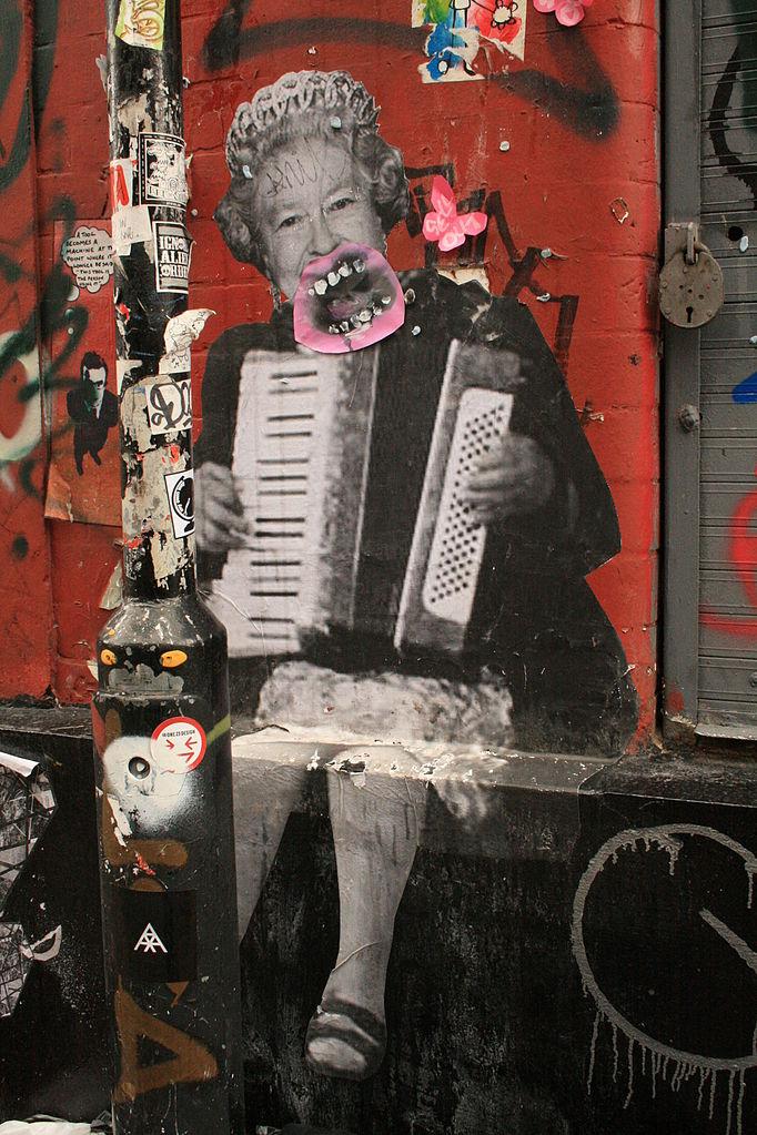 Street art, accordéon et royauté.