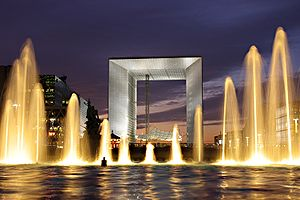 Noční fotografie budovy Grande Arche ze čtvrti La Défense