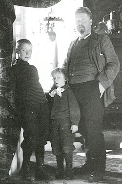 Gustav wentzel with sons ca 1900.jpg