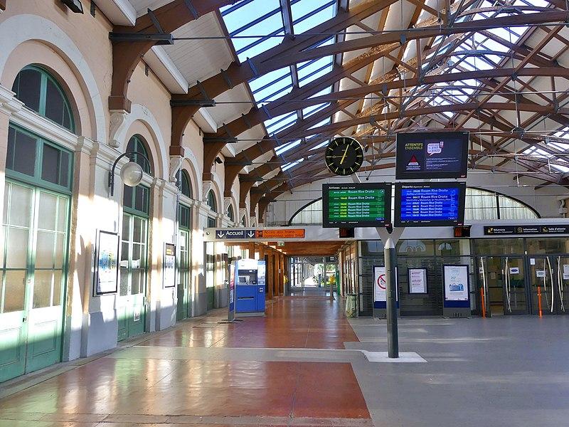 File:Hall de la gare de Dieppe en soirée (été 2018).JPG