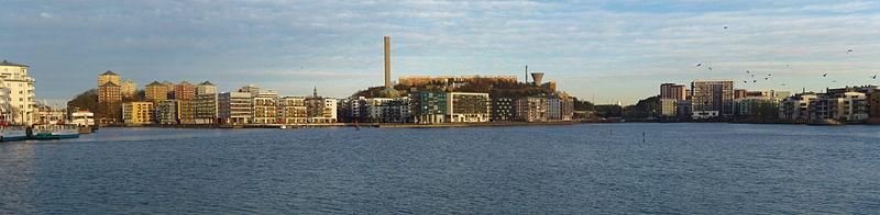 Hammarby sø, vy mod ost med Danviksklippan længst til venstre, Henriksdalbjerget i midten og Sickla kanal indtil højre, november 2013.