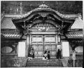Hommes en kimono devant lentrée dun palais asiatique (6509887279).jpg