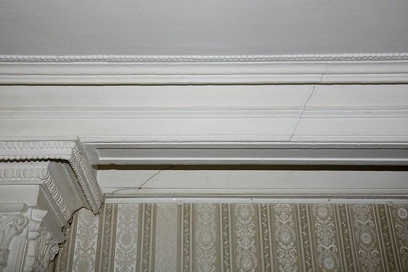 slaapkamer, losgeraakt stucornament aan de rand van het plafond ...