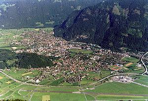Blick von den Bergen auf Unterseen, Interlaken und Matten
