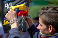 Jóvenes encadenados en Altamira, 2014 Dic 21 (16083496132).jpg