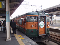 JNR 115 Shonan livery local at Maebashi Station 20130127.jpg