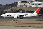 JapanAirlines B777-200 fukuoka 20050314153816.jpg