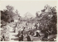 KITLV 3848 - Kassian Céphas - View of the fifth court of the sacred tombs at Pasar Gede - 1896.tif