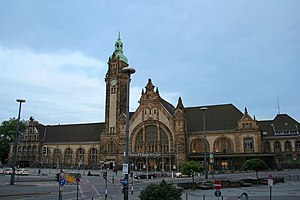 Krefeld Hauptbahnhof - Station forecourt and the station front