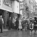 Kaartverkoop en rij wachtend publiek voor het Rialto-theater te Amsterdam, Bestanddeelnr 900-8224.jpg