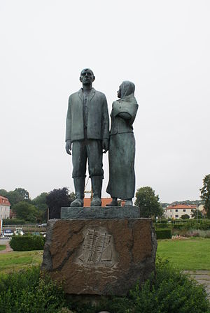 The Emigrants (novel series) - Statue of the main characters, Karl-Oskar and Kristina, in Karlshamn