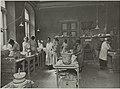 Keramiikkaosaston opetustilanne, 1920-luku. Opettaja A.W. Finch. Taideteollisuuskeskuskoulun opetustilanteita.-TaiKV-07-006.jpg