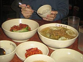 Kal-guksu - Image: Korean.noodles Kalguksu Jjolmeyon