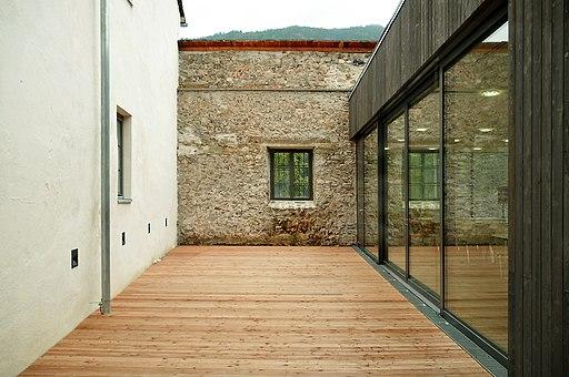 Lückenschluß altes Schloß-Zubau, neu restaurierte Außenmauer