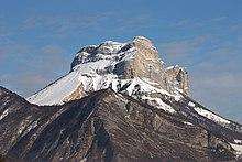Montagne enneigée en forme de molaire.