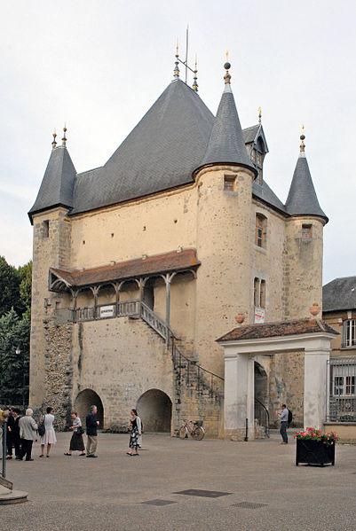 La Porte de Sens est un vestige de l'enceinte fortifiée (XIIe), elle a été aménagée en espaces d'exposition.  Au premier plan, la cour de l'Europe devant l'hôtel de ville.  www.villeneuve-yonne.fr/