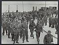 Landmijnen ruimen bij Hoek van Holland. Na het werk keren de Duitse krijgsgevang, Bestanddeelnr 120-1034.jpg