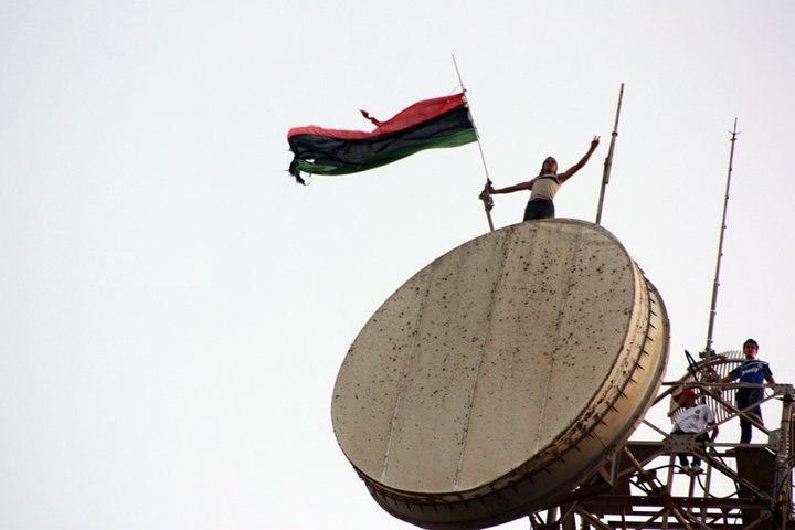Libyan flag above the communications tower in Al Bayda (Libya, 2011-07-17)