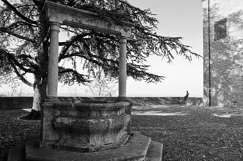 Longiano, nel cortile del Castello Malatestiano.jpg
