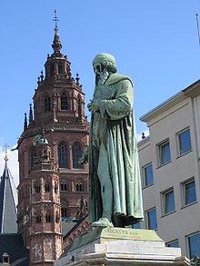 Mainzer Gutenberg-Denkmal am Gutenbergplatz, im Hintergrund der Dom (Quelle: Wikimedia)