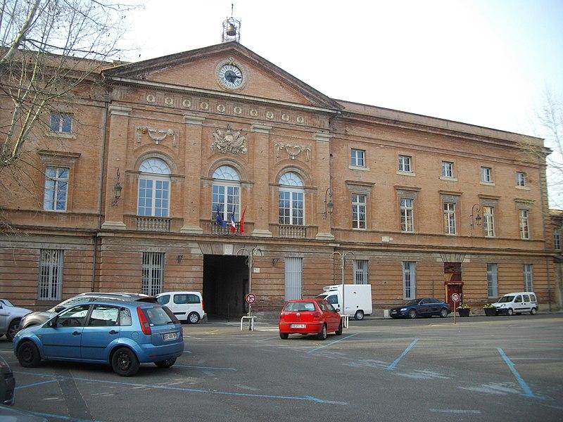 Façade de la mairie de Gaillac en brique style néo-classique. Place d'Hautpoul.