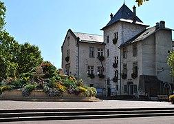 Vue sur une place publique d'Aix-les-Bains.