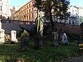 Malostranský hřbitov, náhrobky a vedlejší vchod.jpg