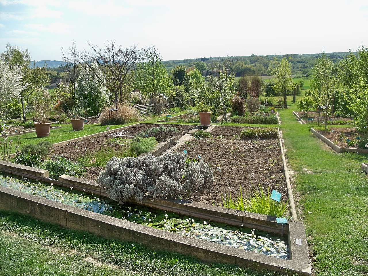 File:Mane - Prieuré de Salagon, jardin moderne 2.jpg ...