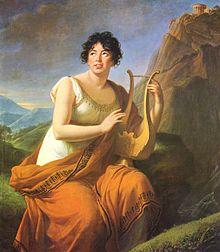 Peinture représentant de trois-quarts une femme aux cheveux bruns bouclés, vêtue à l'antique (toge blanche et cape orange), assise et tenant une lyre, devant un paysage de rochers et de collines.