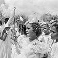Meisje bij de ontvangst van het koninklijk paar op Bonaire, Bestanddeelnr 252-3841.jpg