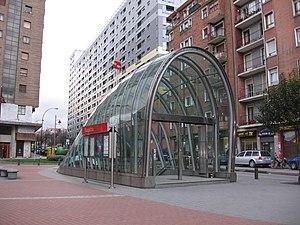 Deutsch: Eingang des Bahnhofs Bagatza der Metr...