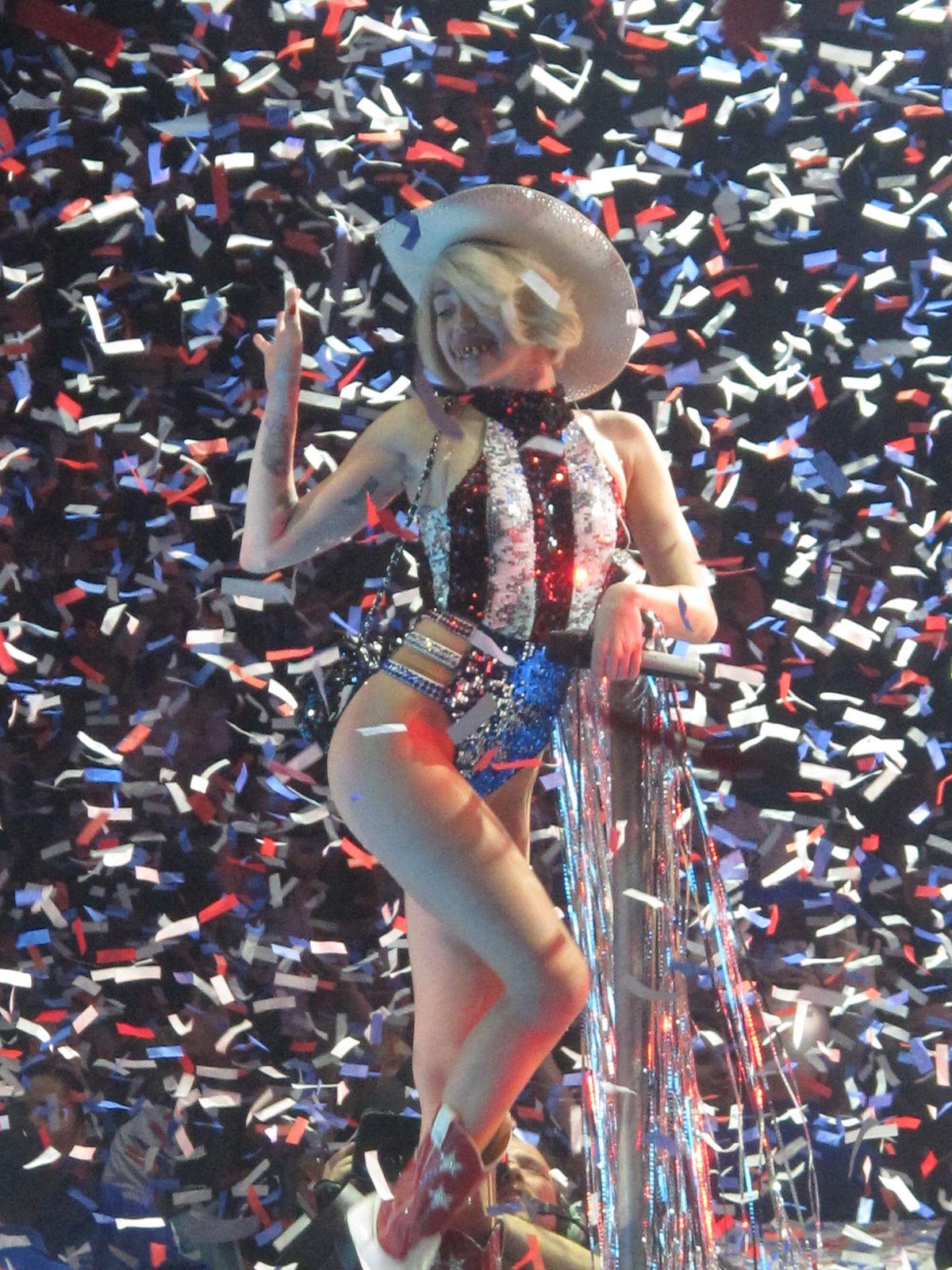 Miley cyrus bangerz tour in tac ass show - 3 4