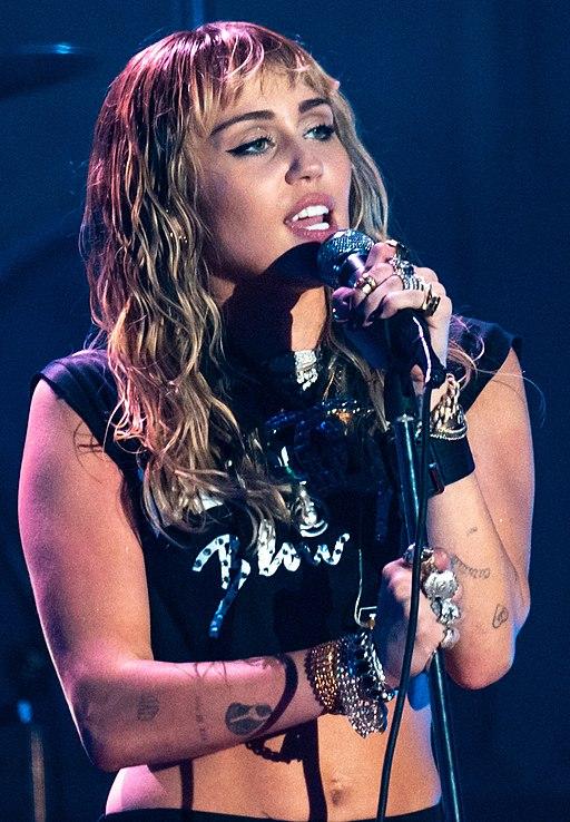 Miley Cyrus Primavera19 -226 (48986293772) (cropped)